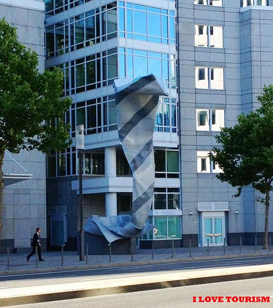 Достопримечательность Франкфурта: памятник галстуку