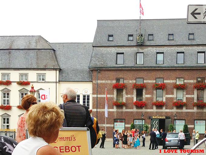 Прогулка туристов по Дюссельдорфу